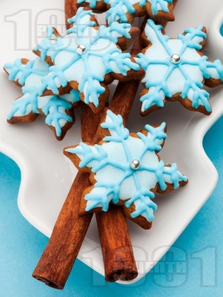 Коледни сладки със синя глазура - снимка на рецептата